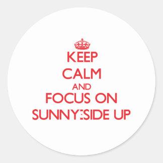 Guarde la calma y el foco en Soleado-Side para Etiquetas Redondas