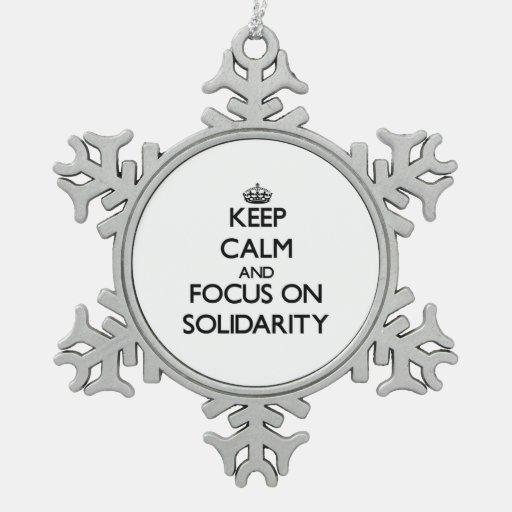 Guarde la calma y el foco en solidaridad adorno