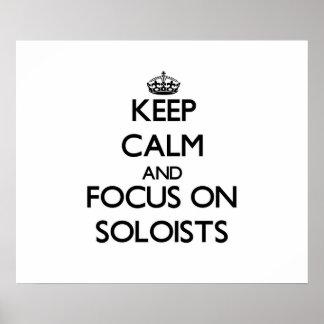 Guarde la calma y el foco en solistas posters