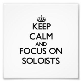 Guarde la calma y el foco en solistas cojinete