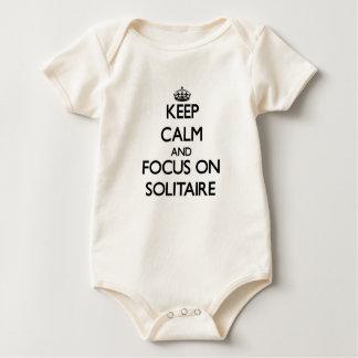 Guarde la calma y el foco en solitario trajes de bebé