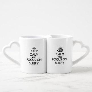 Guarde la calma y el foco en soñoliento taza para parejas