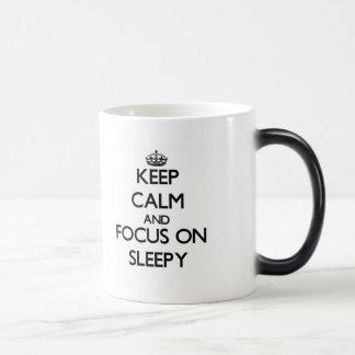 Guarde la calma y el foco en soñoliento tazas de café