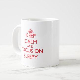 Guarde la calma y el foco en soñoliento tazas jumbo