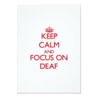 Guarde la calma y el foco en sordo invitación 12,7 x 17,8 cm