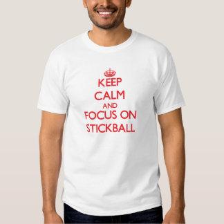 Guarde la calma y el foco en Stickball Playeras