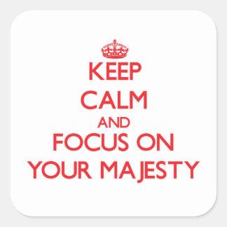 Guarde la calma y el foco en su majestad calcomanías cuadradass