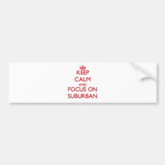 Guarde la calma y el foco en suburbano etiqueta de parachoque