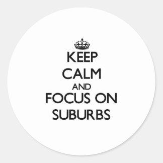 Guarde la calma y el foco en suburbios pegatinas redondas