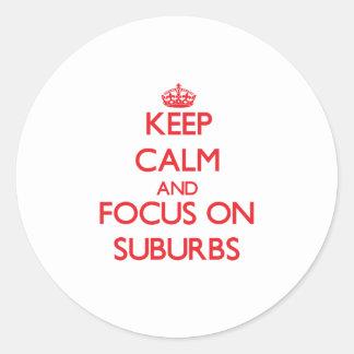 Guarde la calma y el foco en suburbios etiqueta redonda