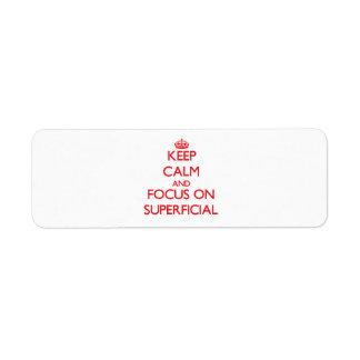 Guarde la calma y el foco en superficial etiqueta de remite