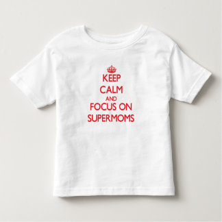 Guarde la calma y el foco en Supermoms T Shirts