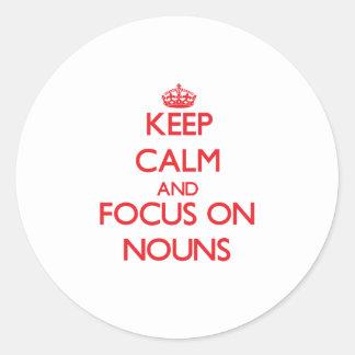 Guarde la calma y el foco en sustantivos pegatina redonda