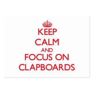 Guarde la calma y el foco en tablillas tarjetas de negocios