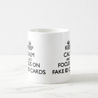 Guarde la calma y el foco en tarjetas falsas de la taza