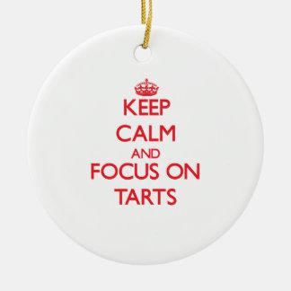 Guarde la calma y el foco en tartas ornamento para arbol de navidad