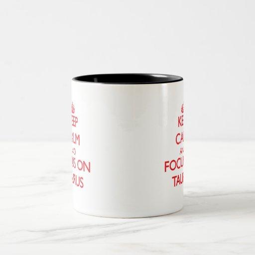 Guarde la calma y el foco en tauro taza