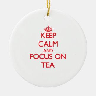 Guarde la calma y el foco en té ornamento de reyes magos