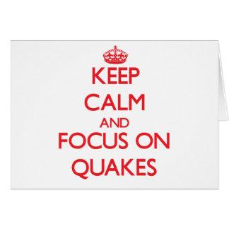 Guarde la calma y el foco en temblores tarjeta de felicitación