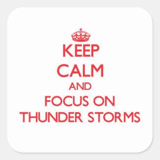 Guarde la calma y el foco en tempestades de pegatina cuadrada