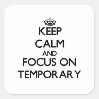Guarde la calma y el foco en temporal calcomanía cuadradas personalizadas