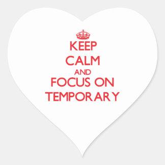 Guarde la calma y el foco en temporal pegatinas corazon