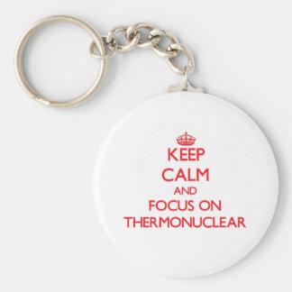 Guarde la calma y el foco en termonuclear llavero personalizado