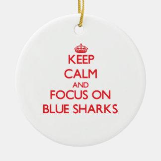 Guarde la calma y el foco en tiburones azules adorno para reyes