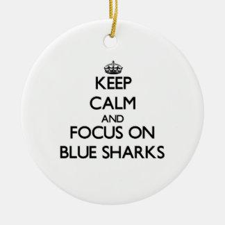Guarde la calma y el foco en tiburones azules ornamento para arbol de navidad
