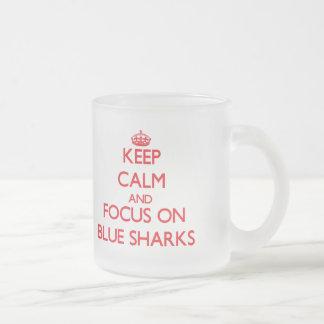 Guarde la calma y el foco en tiburones azules taza de café