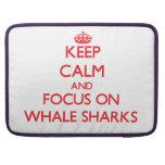 Guarde la calma y el foco en tiburones de ballena funda para macbook pro