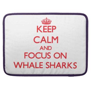 Guarde la calma y el foco en tiburones de ballena fundas macbook pro