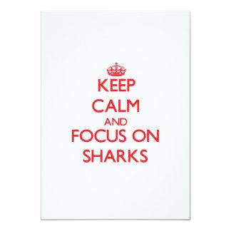 Guarde la calma y el foco en tiburones invitación 12,7 x 17,8 cm