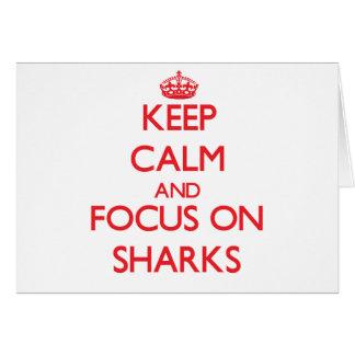 Guarde la calma y el foco en tiburones tarjeta de felicitación