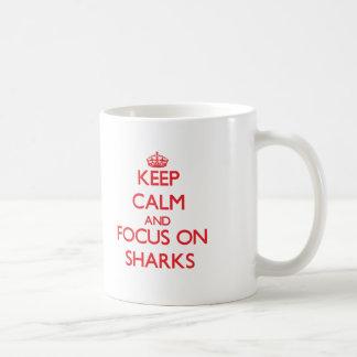 Guarde la calma y el foco en tiburones taza de café