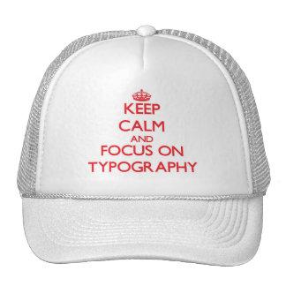 Guarde la calma y el foco en tipografía gorras de camionero
