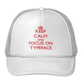 Guarde la calma y el foco en tipografía gorra