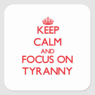 Guarde la calma y el foco en tiranía pegatinas cuadradases