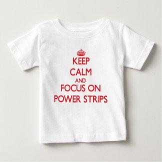 Guarde la calma y el foco en tiras del poder polera