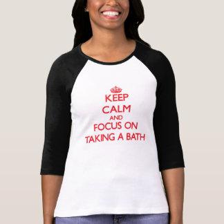 Guarde la calma y el foco en tomar un baño camisetas