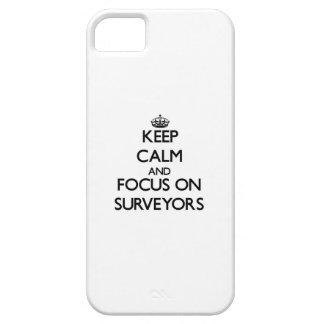 Guarde la calma y el foco en topógrafos iPhone 5 Case-Mate fundas