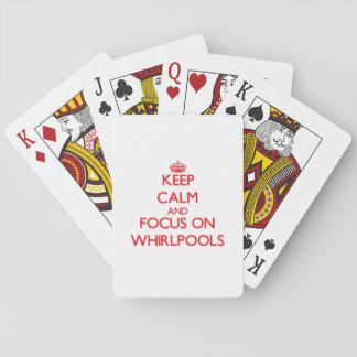 Guarde la calma y el foco en torbellinos barajas de cartas