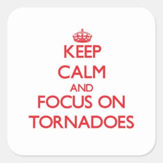 Guarde la calma y el foco en tornados pegatina cuadrada