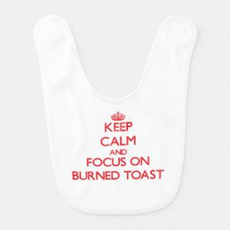 Guarde la calma y el foco en tostada quemada babero de bebé