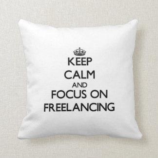 Guarde la calma y el foco en trabajar independient cojin