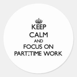 Guarde la calma y el foco en trabajo a tiempo pegatina redonda