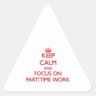 Guarde la calma y el foco en trabajo a tiempo pegatina triangular