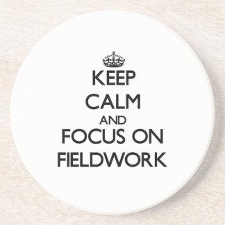 Guarde la calma y el foco en trabajo en el terreno posavasos diseño