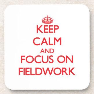 Guarde la calma y el foco en trabajo en el terreno posavasos
