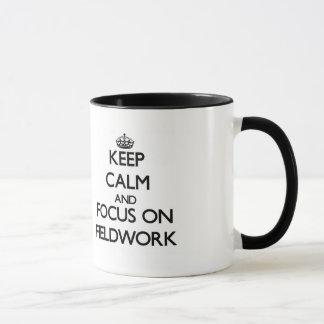 Guarde la calma y el foco en trabajo en el terreno taza